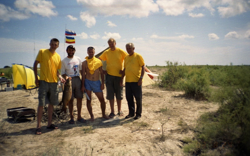 """Наша команда """"Желтомаечники"""" и местный житель Асхаб."""